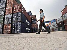 Waren für die Welt: Container warten in einem chinesischen Hafen auf die Verladung.
