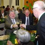 Auf den Saumagen! Auf ein Kulturgut! MP Kurt Beck (li), Landau-OB Hans-Dieter Schlimmer (re) und der Vater des Saumagen-Wettbewerbs, Fleischer-Chef Klaus Wolf.