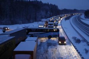 Nichts geht mehr - das gilt nicht nur für die Autobahnen beim Schneechaos, sondern auch auf Bürgersteigen. Salz ist knapp geworden.