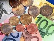 Darfs ein bisschen mehr sein? Um acht Euro in zwei Schritten wird der Regelsatz für Hartz IV erhöht. Gut möglich, dass die Arbeitslosen den Kompromiss am Ende selbst bezahlen.