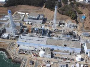 Ein Blick auf den Unglücksreaktor Fukushima. Was aussieht wie eine atomare Bedrohung ist in Wirklichkeit das Herz einer Sicherheitszone. Mit solchen Zonen lebt es sich auch in Deutschland angenehm.