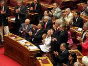 Applaus für den eigenen Mut: Das griechische Parlament verurteilt sein Land zu einem neuen Sparprogramm. Konkurs verhindert? Vorerst.