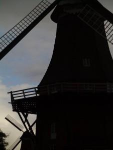 Mit diesen Windmühlen hatten die Küstenbewohner noch keine Probleme. Aber die modernen Windräder produzieren manchmal zu viel Strom. Dann müssen sie abgeschaltet werden und sind nutzlos wie ihre hübschen Vorgänger.