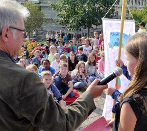 Wir Kinder haben Rechte! Auch die Teilnehmerinnen und Teilnehmer an dieser Feier in Höhr-Grenzhausen freuen sich auf ihren Verfassungsrang.